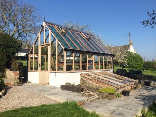 Aged-Kingsbury-greenhouse